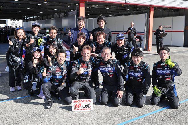 SUPER GT Honda Grand Prix後、チームと記念撮影をするジェンソン・バトン