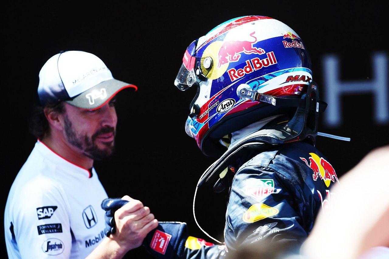 2016年スペインGP F1初優勝のフェルスタッペンを祝福するアロンソ