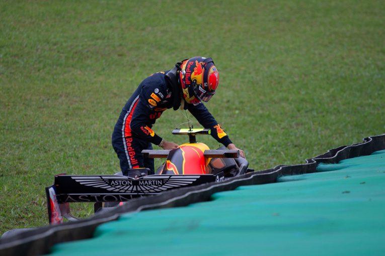 F1 | アルボン、インターミディエイトで最速タイム。「クラッシュを責めるつもりはない」と代表:レッドブル・ホンダF1