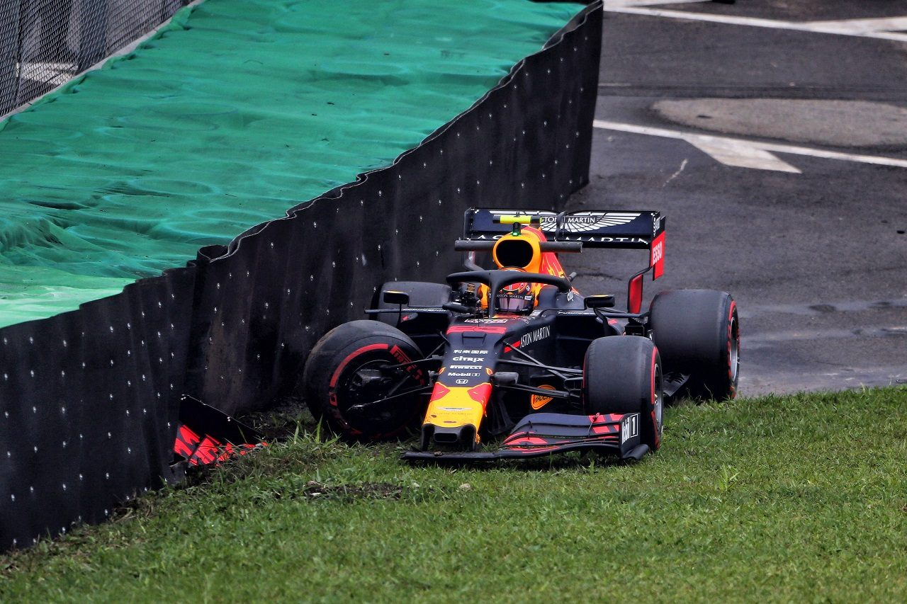 2019年F1第20戦ブラジルGP FP1でアレクサンダー・アルボン(レッドブル・ホンダ)がクラッシュ