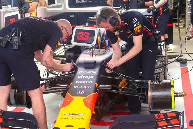 2019年F1第20戦ブラジルGP 新品のソフトタイヤでのアタックに入る前に、フェルスタッペンのフロントサスペンションのセットアップ変更を行うメカニック