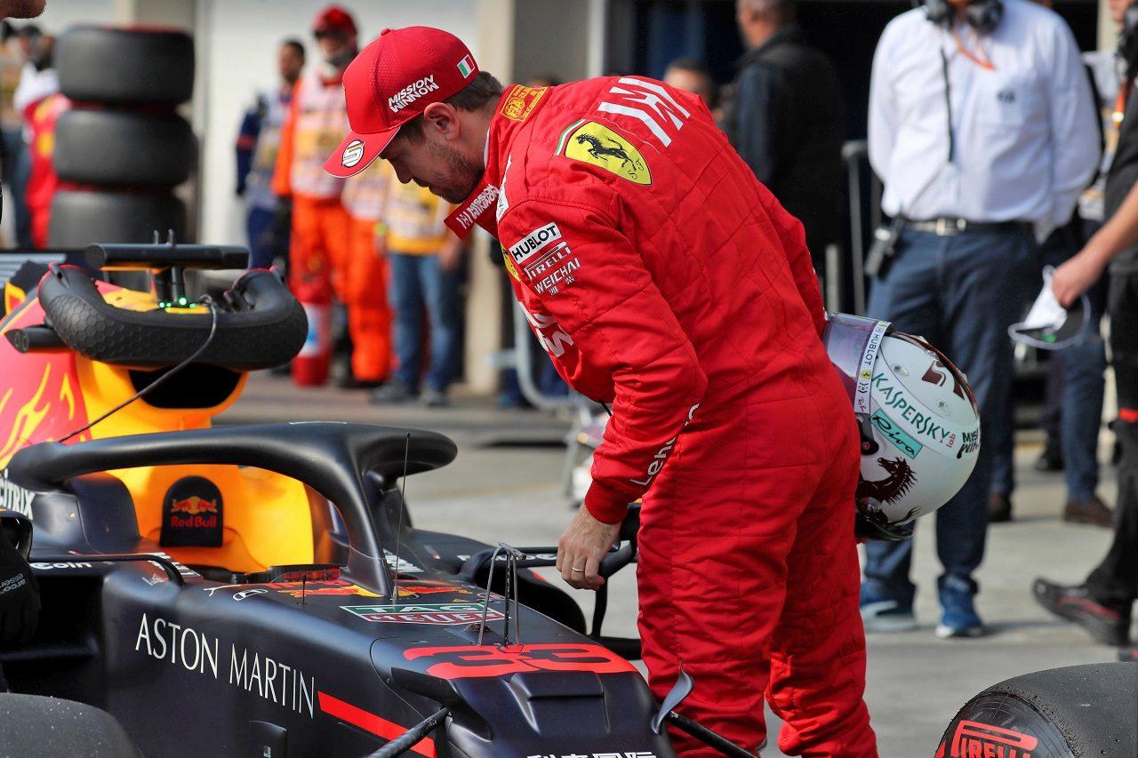 2019年F1第20戦ブラジルGP 予選後、レッドブルRB15・ホンダをチェックするセバスチャン・ベッテル(フェラーリ)