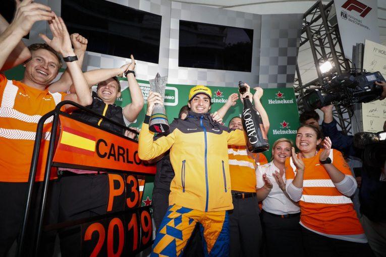 F1 | アルボンと接触のハミルトンにペナルティ。サインツが繰り上がりでF1初表彰台を獲得:ブラジルGP