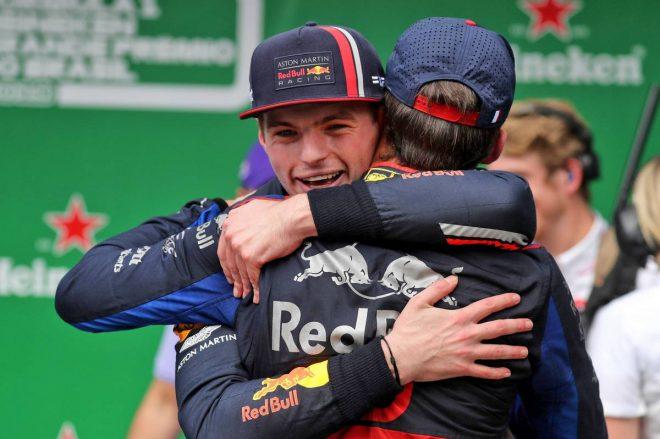 2019年F1第20戦ブラジルGP ピエール・ガスリーと抱き合うマックス・フェルスタッペン