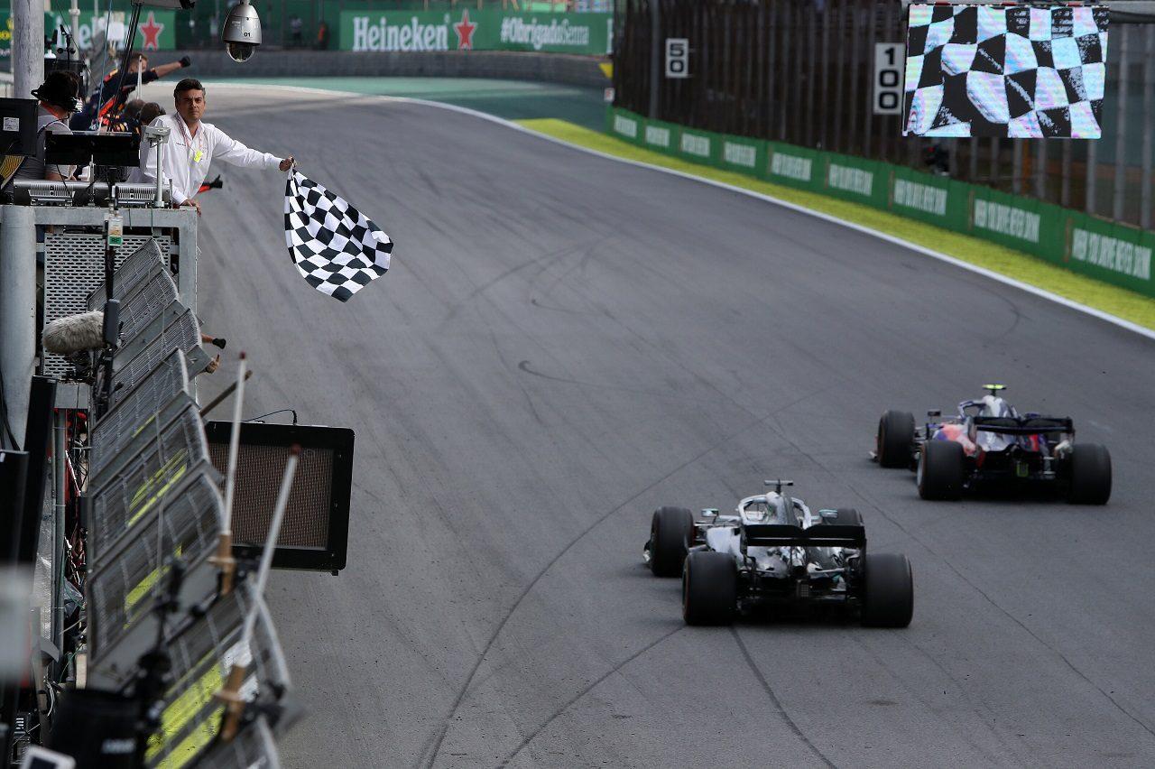 2019年F1第20戦ブラジルGP ピエール・ガスリー(トロロッソ・ホンダ)とルイス・ハミルトン(メルセデス)が僅差でフィニッシュ