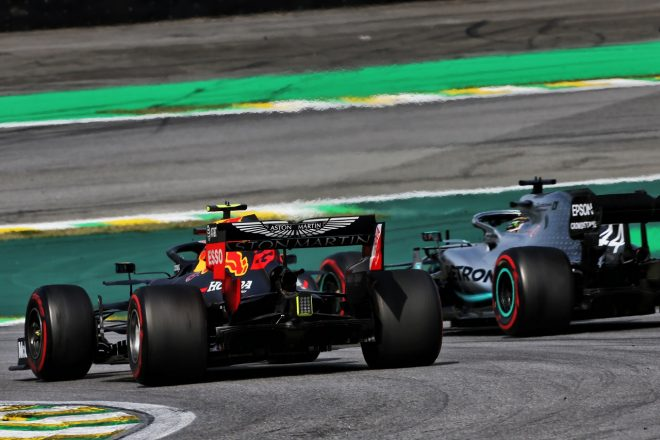2019年F1第20戦ブラジルGP ポジションを争うアレクサンダー・アルボン(レッドブル・ホンダ)とルイス・ハミルトン(メルセデス)