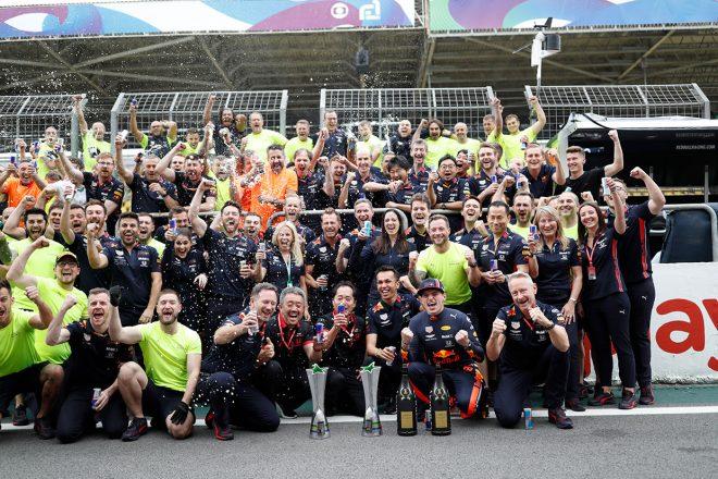 2019年F1第20戦ブラジルGP マックス・フェルスタッペン(レッドブル・ホンダ)の優勝をチームで祝福