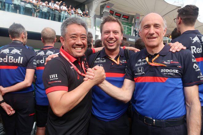 2019年F1第20戦ブラジルGP ピエール・ガスリーの2位に喜ぶホンダ山本雅史F1マネージングディレクターとトロロッソのフランツ・トスト代表
