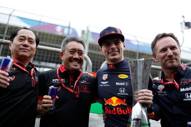2019年F1第20戦ブラジルGP 左から田辺豊治F1テクニカルディレクター、山本雅史F1マネージングディレクター、マックス・フェルスタッペン、クリスチャン・ホーナー代表