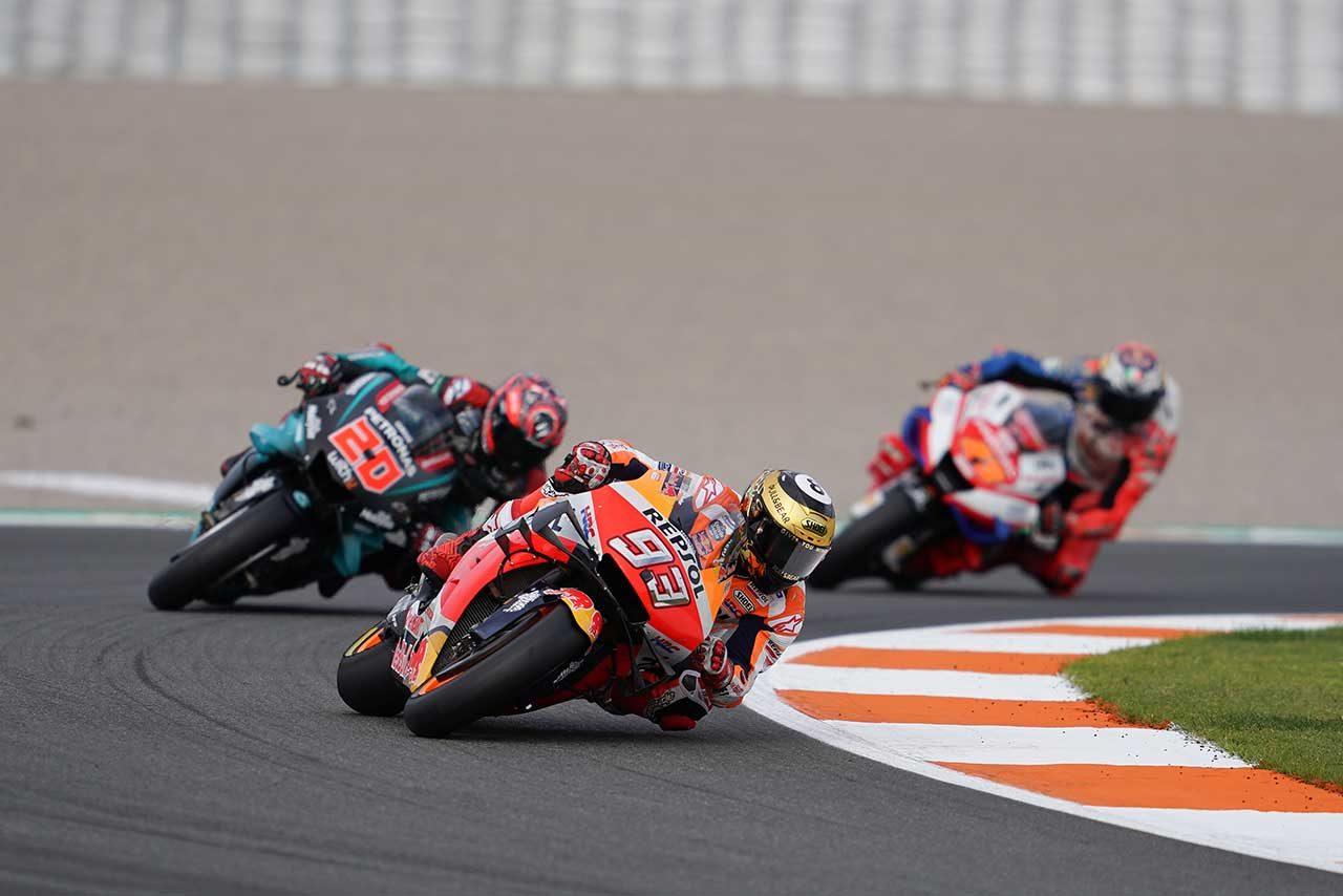 MotoGPバレンシアGP:マルケスがクアルタラロを抑え、独走優勝。ロレンソはバーンナウトとともに最後のレースを終える