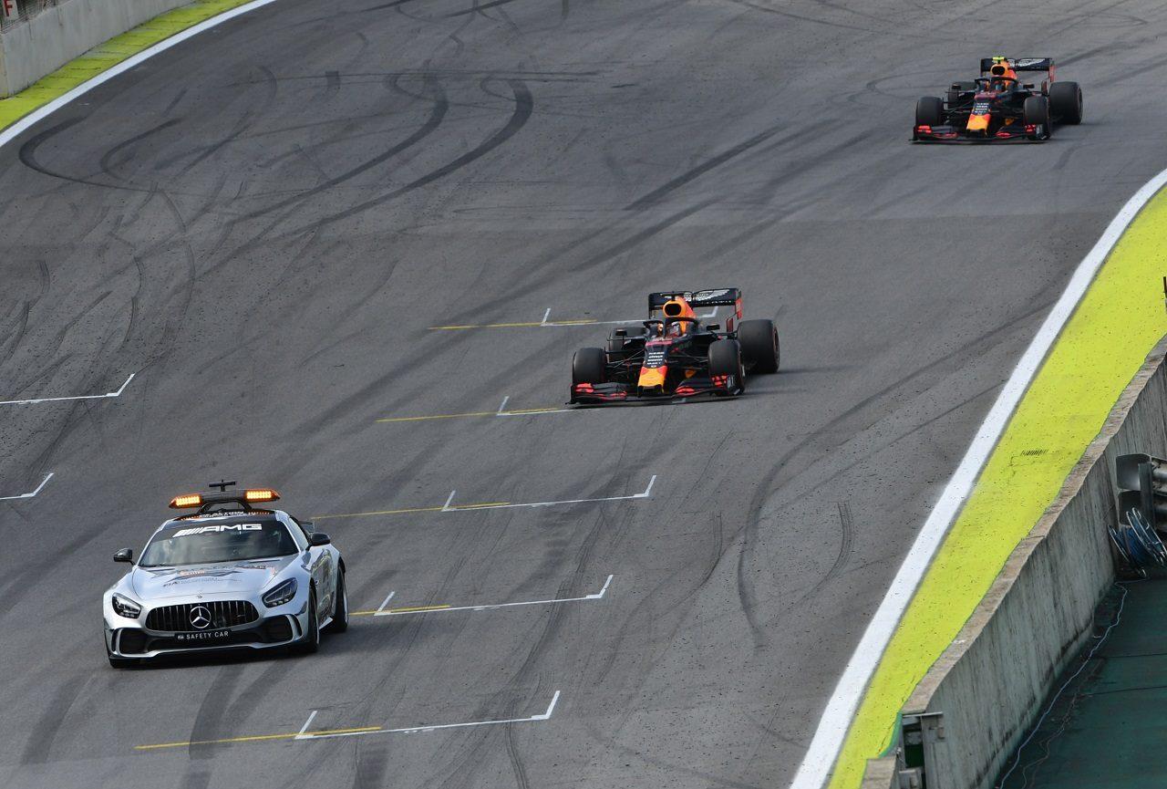 2019年F1第20戦ブラジルGP セーフティカー出動時に先頭を走るマックス・フェルスタッペン(レッドブル・ホンダ)