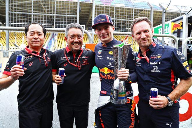 2019年F1第20戦ブラジルGP 優勝を祝うホンダF1田辺TD、山本MD、フェルスタッペン、チーム代表ホーナー