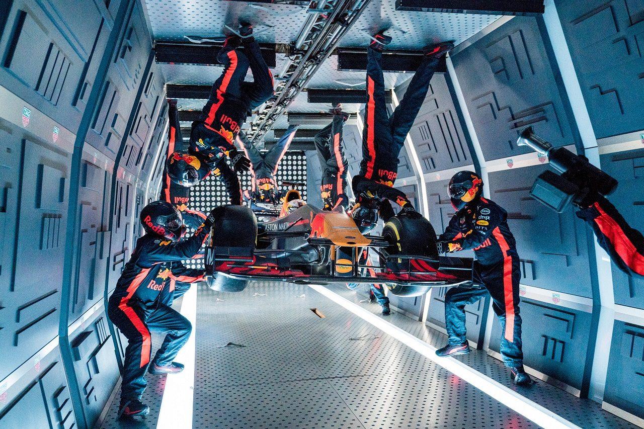 レッドブル・レーシングが無重力状態でピットストップ作業