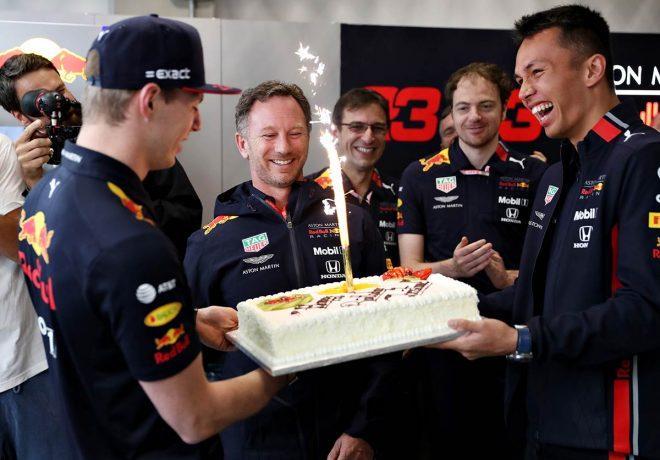 クリスチャン・ホーナーの誕生日をチームでお祝い
