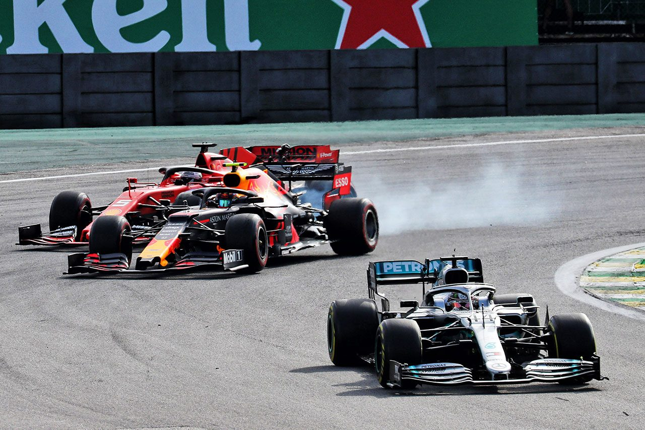 2019年F1第20戦ブラジルGP ルイス・ハミルトン(メルセデス)、アレクサンダー・アルボン(レッドブル・ホンダ)、セバスチャン・ベッテル(フェラーリ)