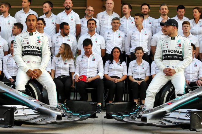 2019年F1第21戦アブダビGP木曜 チームと記念撮影をするルイス・ハミルトン(メルセデス)