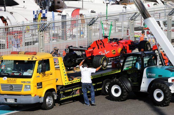 2019年F1最終戦アブダビGP初日 回収されるセバスチャン・ベッテル(フェラーリ)のマシン