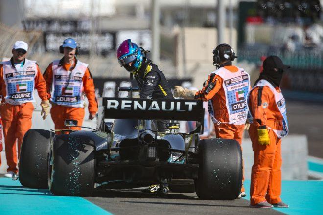 2019年F1第21戦アブダビGP FP1でパワーユニットのトラブルが発生、コース脇でストップしたダニエル・リカルド(ルノー)