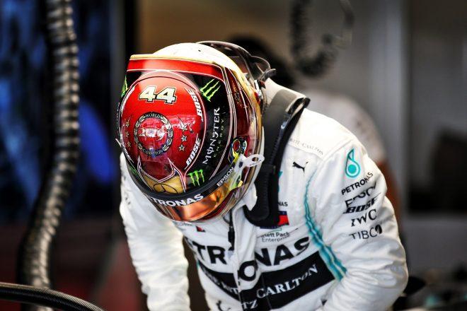 2019年F1第21戦アブダビGP金曜 ルイス・ハミルトン(メルセデス)、6度目のF1タイトル獲得記念ヘルメットを着用