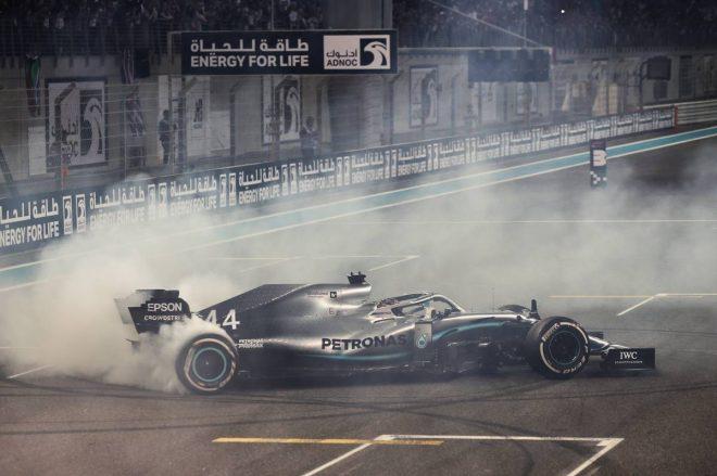 2019年F1最終戦アブダビGP決勝 優勝したルイス・ハミルトン(メルセデス)がドーナツターン