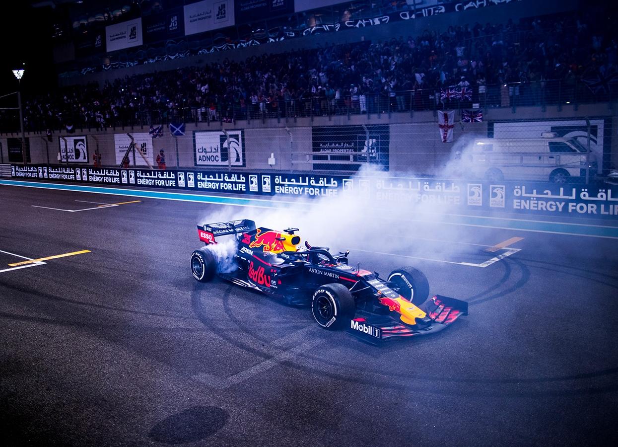 2019年F1第21戦アブダビGP 2位のマックス・フェルスタッペン(レッドブル・ホンダ)がレース後、ドーナツターンを披露