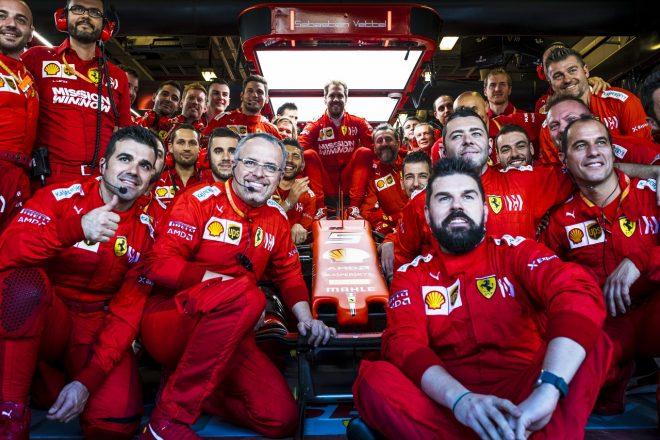 2019年F1第21戦アブダビGP チームと記念撮影をするセバスチャン・ベッテル(フェラーリ)