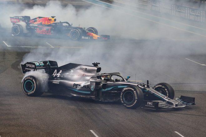 2019年F1第21戦アブダビGP 優勝したルイス・ハミルトン(メルセデス)がドーナツターン