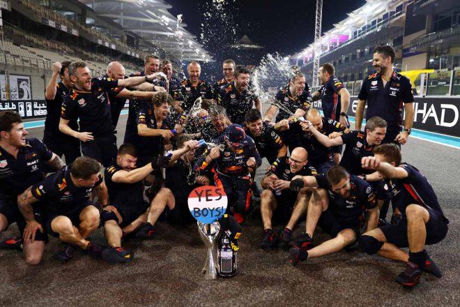決勝レース終了後にマックス・フェルスタッペンを祝福するチームクルーたち