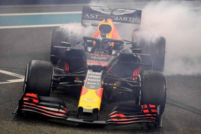アブダビGPの決勝レース後にドーナツターンを披露するマックス・フェルスタッペン(レッドブル・ホンダ)