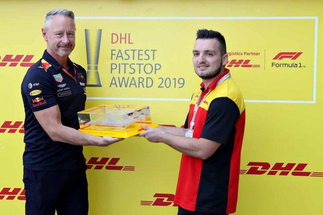 DHLファステスト・ピットストップ・アワードのトロフィーを受け取るジョナサン・ウィートレイ(レッドブル・レーシング、チームマネージャー)