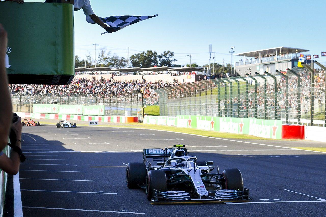 2019年日本GPでチェッカーフラッグを受けるバルテリ・ボッタス(メルセデス)