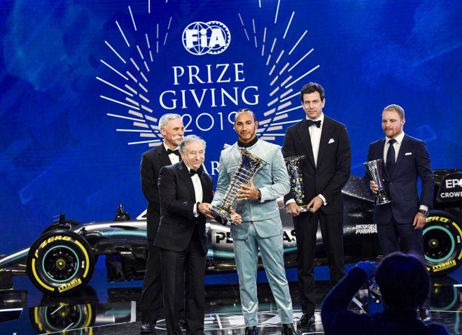 2019年FIA表彰式でトロフィーを受け取ったF1チャンピオン、ルイス・ハミルトンとメルセデスチーム