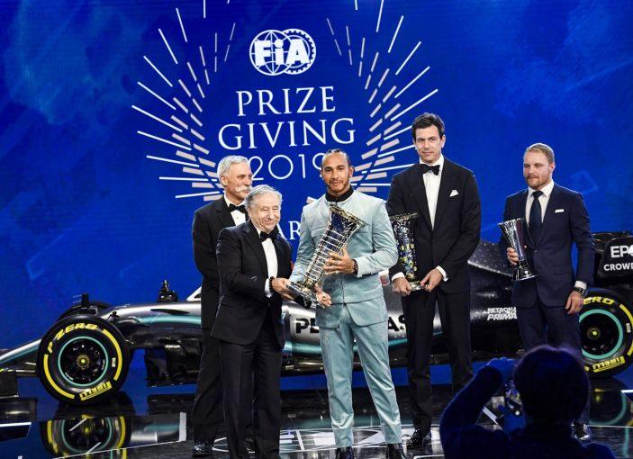 F1 | 2019年FIA表彰式でF1王者ハミルトンらにトロフィーの授与。フェルスタッペン&アルボンは特別賞を受賞