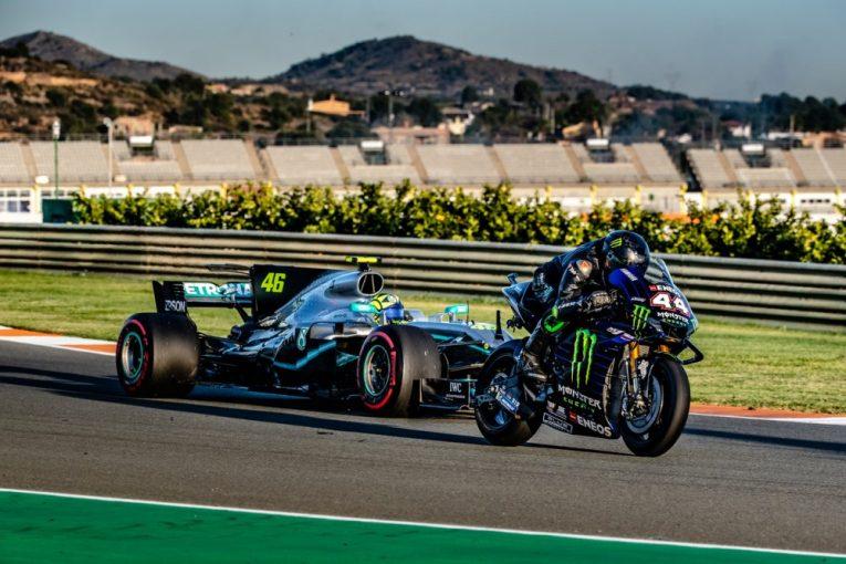 F1 | 【動画】ハミルトンとロッシが互いのマシンを試乗、MotoGPとF1マシンでの走行を楽しむ