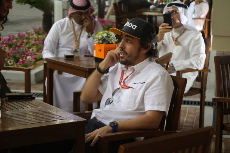 Blog | 【ブログ】のんびりしているアロンソの陰でマネージャーは精力的に活動中/F1アブダビGP現地情報(2)