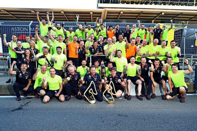 F1第9戦オーストリアGP、レッドブルのレース後記念撮影