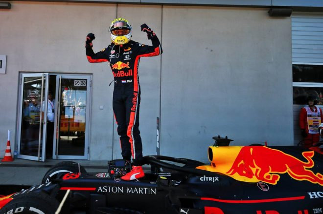 第9戦オーストリアGPで優勝し、ガッツポーズをするフェルスタッペン