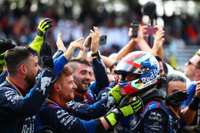 2019年F1第20戦ブラジルGP 2位を獲得し、チームから祝福されるピエール・ガスリー(トロロッソ・ホンダ)