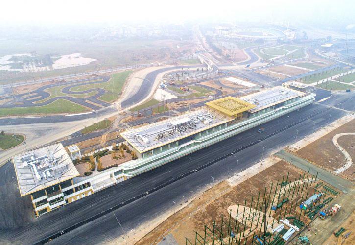 初開催のF1ベトナムGP、サーキットのピットビルが完成。ハノイの遺跡群などがモチーフに