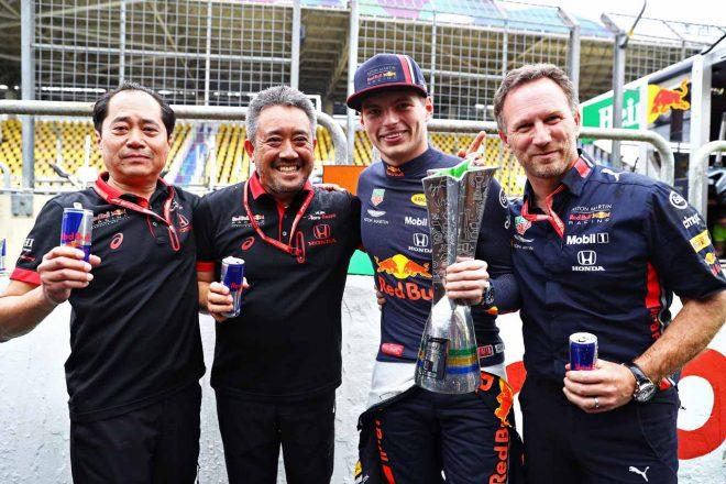 2019年F1第20戦ブラジルGP、左から田辺豊治ホンダF1テクニカルディレクター、山本雅史ホンダF1マネージングディレクター、マックス・フェルスタッペン、クリスチャン・ホーナー(レッドブル・レーシング代表)