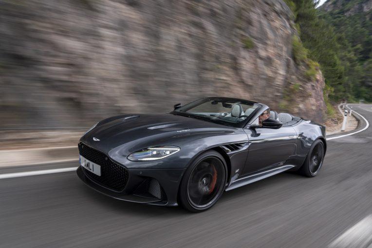 クルマ | 725馬力の英国オープンで『007』を気取る、アストンマーティンDBSスーパーレッジェーラ・ヴォランテ/最新スーパースポーツカー試乗レポート