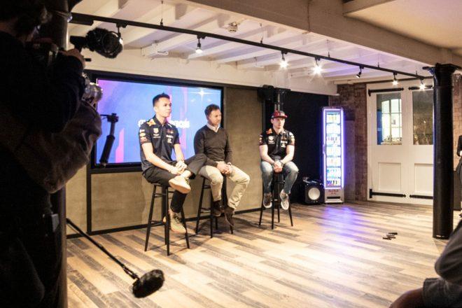 ロンドンで行われたレッドブル・レーシングのインタビューイベントに、アルボン、ホーナー、フェルスタッペンが出席