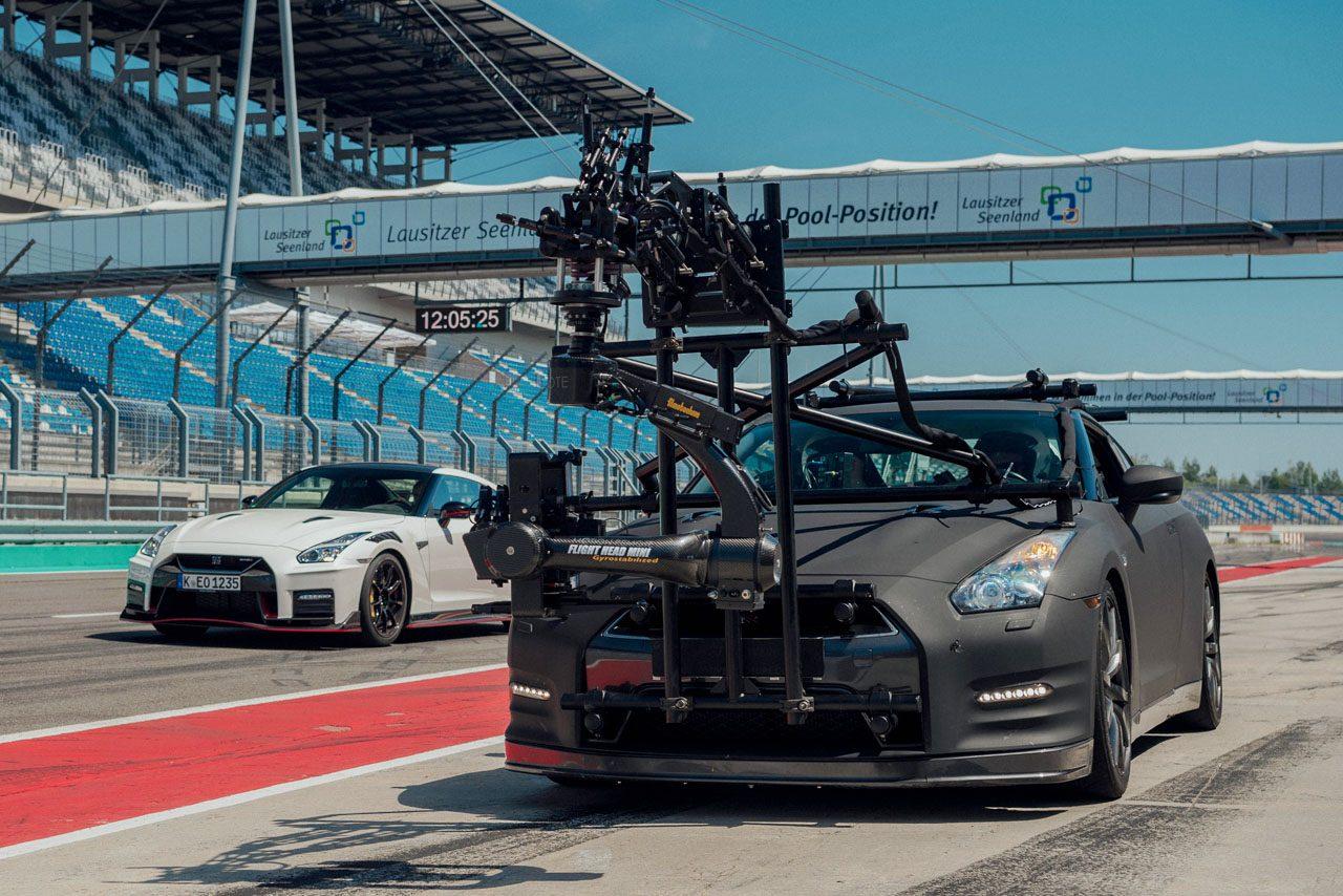 """最強GT-R NISMOと並走するもう1台のニッサンGT-R。その正体は""""モンスター""""カメラカー"""