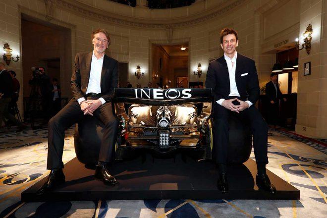 イネオス創業者でチェアマンのジム・ラットクリフ(左)とメルセデスF1のトト・ウォルフ代表(右)