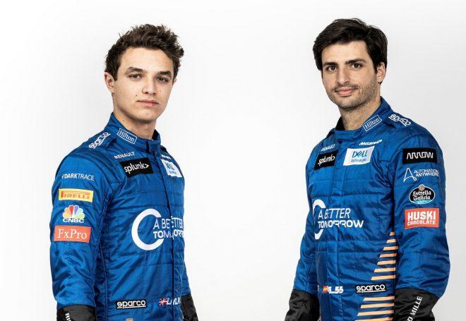 マクラーレンF1の2020年仕様のスーツを着たランド・ノリスとカルロス・サインツJr.
