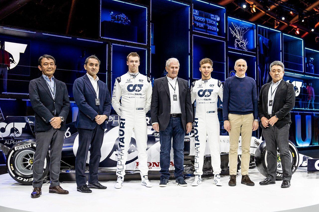 アルファタウリF1の2020年型『AT01』発表会で、アルファタウリとホンダの首脳陣が記念撮影