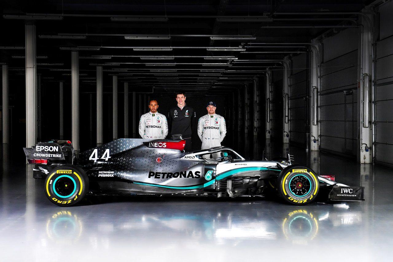 メルセデス2020年型F1マシン『W11』を初披露したウォルフ、ハミルトン、ボッタス