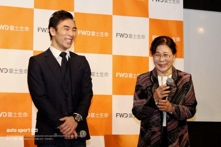 海外レース他   佐藤琢磨、実母と共演した新TVCM発表会に登場。完成直後の2020年レーシングスーツも初披露
