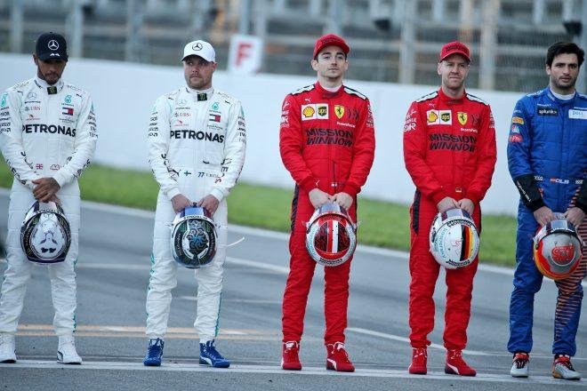 2020年第1回F1プレシーズンテスト1日目:ドライバー集合写真撮影時のシャルル・ルクレールとセバスチャン・ベッテル(フェラーリ)