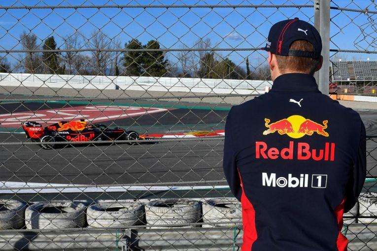 F1   スピンを繰り返すフェルスタッペン。僚友アルボンはレッドブルRB16への懸念を否定